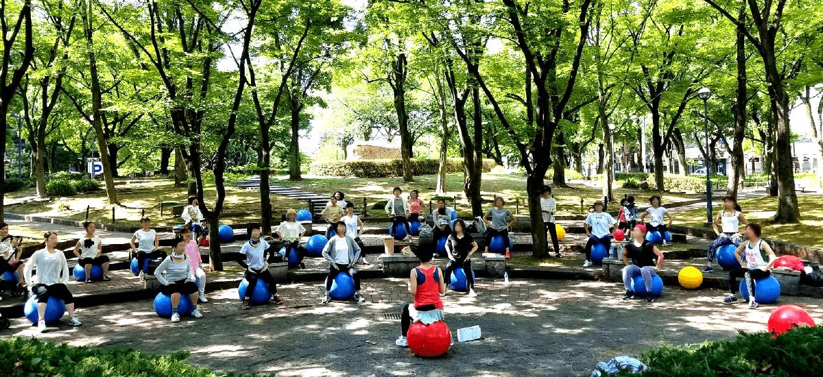 公園でバランスボール